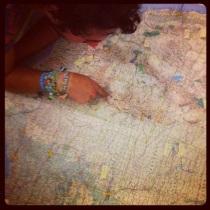 Gebogen over de kaart